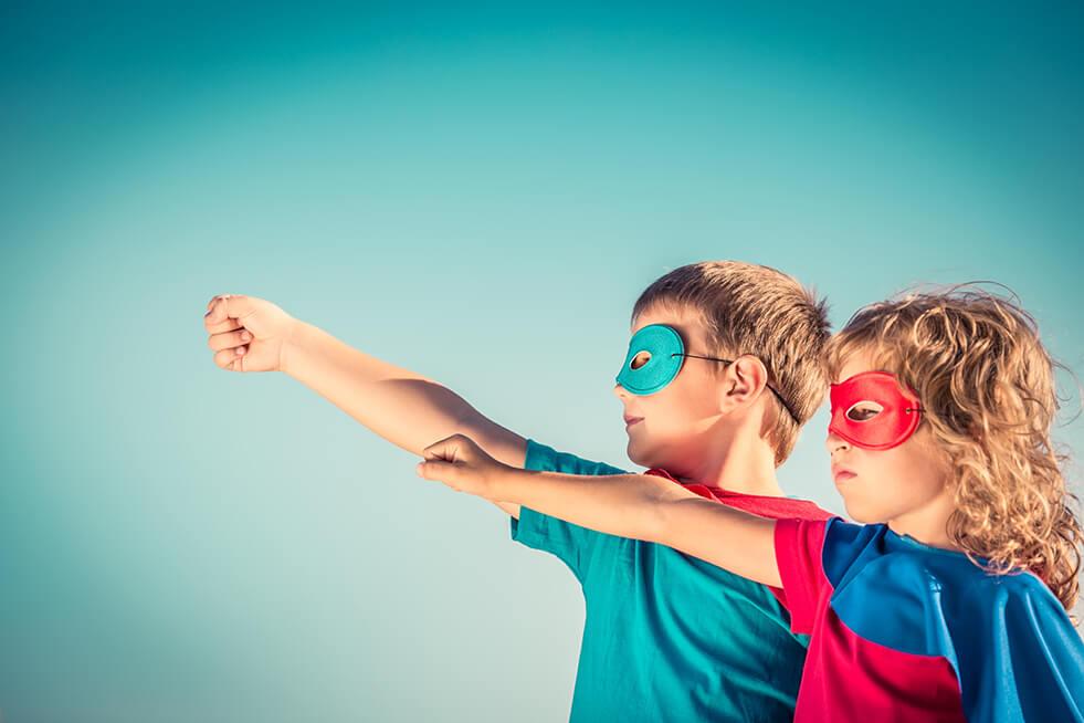 Journée Internationale des droits de FEmmes 2019 : les hommes et les femmes travaillent de plus en plus main dans la main pour la parité. Fille et garçon super-héros, ensemble pour un pouvoir partagé. Expressions, Organisme de formation voix et communication non verbale pour le leadership au féminin